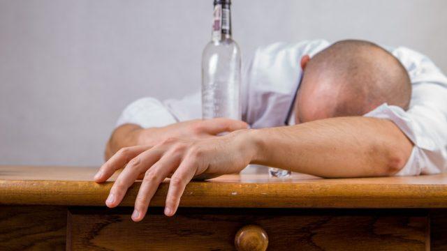 忘年会、新年会で二日酔いの人